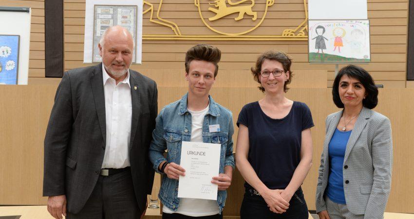 Dr. Friedrich Bullinger MdL, Nico Hofecker, Jutta Niemann MdL und Landtagspräsidentin Muhterem Aras bei der Preisverleihung des Schülerwettbewerbs.