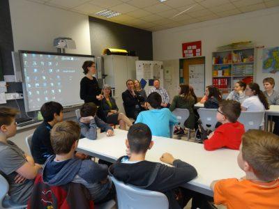 Jutta Niemann im Austausch mit einer Lerngruppe der Georg-Fahrbach-Schule