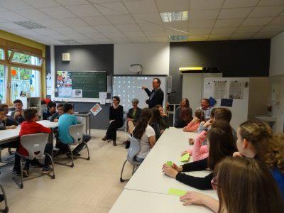 Jutta Niemann im Kreise einer Lerngruppe der Georg-Fahrbach-Schule