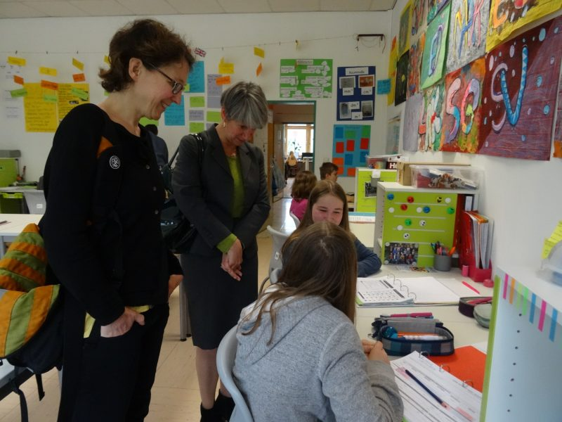 Jutta Niemann in einer Lerngruppe der Georg-Fahrbach-Schule